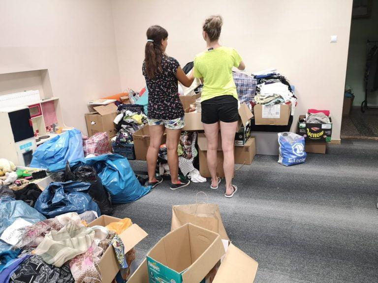 """A tak na zapleczu """"Wieszaka dobroci"""" pracują nasi wolontariusze"""
